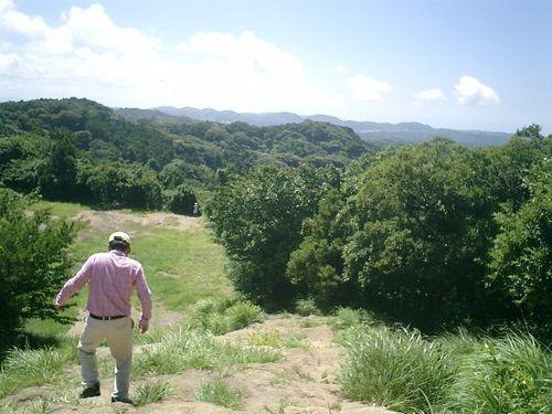 """038) """"天園ハイキングコース"""" 進行中。'太平山'山頂広場へ向かって急"""