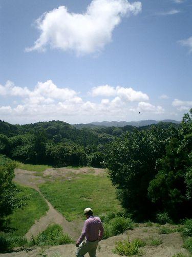 """039) """"天園ハイキングコース"""" 進行中。'太平山'山頂広場へ向かって急"""