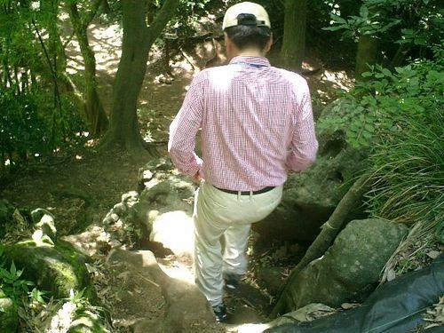 """047) """"天園ハイキングコース"""" 進行中。大きな岩を下ると、真下が 分岐点"""