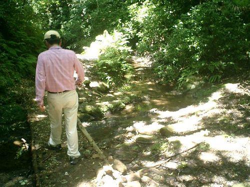 """056) """"天園ハイキングコース"""" 進行中。'二階堂川'上流の、沢に沿って"""