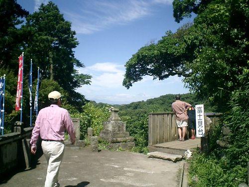18) '半僧坊'富士見台。中央枝の下が富士山_10:35am