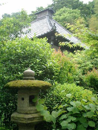 09)鎌倉市長谷「光則寺」燈籠と本堂