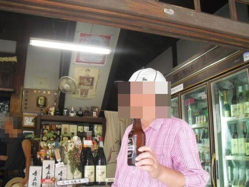 71) 酒屋で「ホッピ-」を直に!飲む隊長Y.K.氏。「やっぱり焼酎をコレで割らないと不味い!」と、今更ながらに納得するY.K.氏。私はビールを飲んだ。_12:13pm
