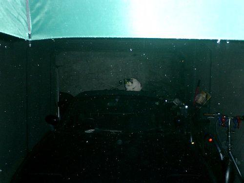 01) 車庫で雨宿りする 'ジョン・ケイ'