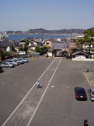 13)鎌倉市材木座「光明寺」山門の上から「総門」~海方向を見る