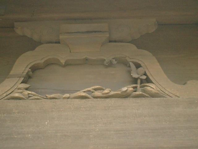 22) 鎌倉「英勝寺」_仏殿(寳珠殿)背面の損壊した彫刻、左。