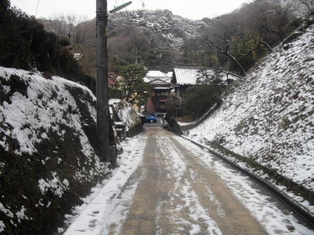 04) 「亀ヶ谷坂」鎌倉市山ノ内側。 正面は21号線。奥の左側は「長寿寺」 _ 9:52am