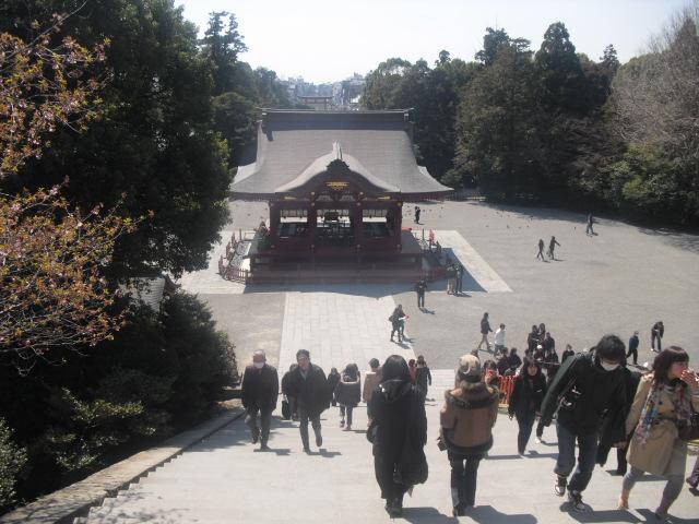 13) ' 本宮(上宮) ' 前から、' 舞殿 ' ~ ' 三の鳥居 ' 方向を見る。