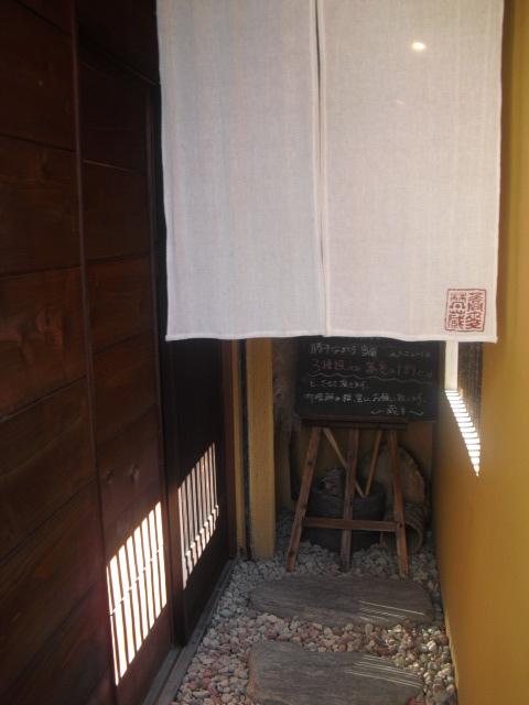 07) 引き戸の手前_蕎麦「梵蔵」