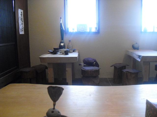 12) 室内_4人掛け席x2 と 手前 私が座った8~10人席。_蕎麦「梵蔵」