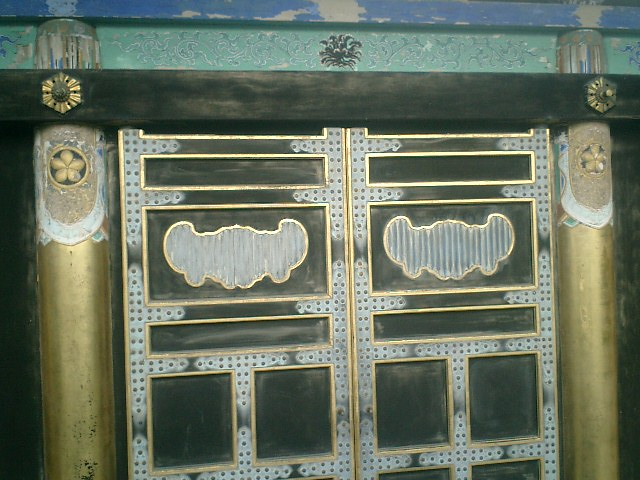 32) 鎌倉「英勝寺」_鞘堂のガラスを通して、祠堂の一部を見る