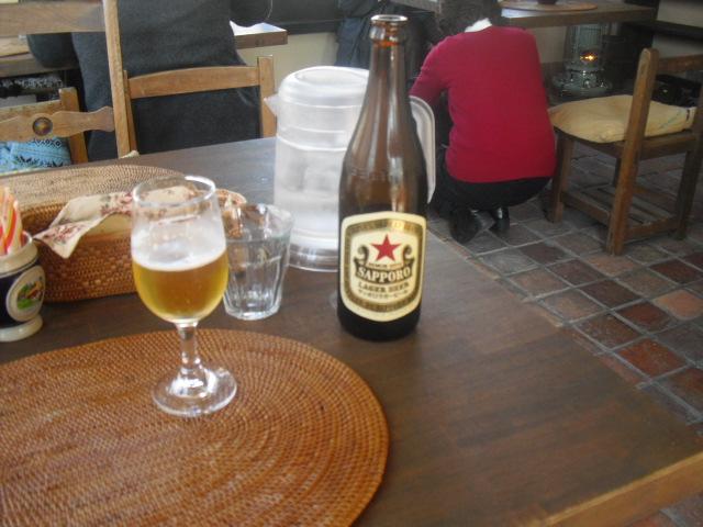 ビール中瓶500ml ¥500を飲んだ_「COPEPE」 鎌倉市小町(この辺りも小町ですヨ)
