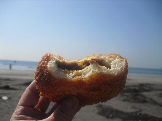 02) 材木座海岸で、ふたくち食ったところで撮った・・・ ・・・この約1分後に、トンビに浚われた! トホホホホ
