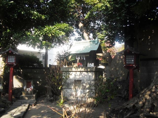 05) 「音松稲荷」。 狭い境内は、鶴岡八幡宮の所有管理地であると準備作業中の方から聞いた。
