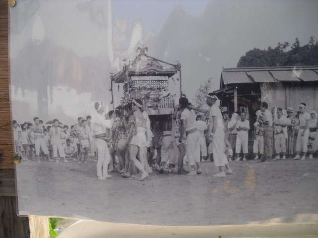 20) 掲示板に貼られていた古い写真