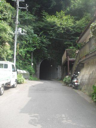 07) 極楽寺4丁目と笛田6丁目を繋ぐトンネル 「極楽寺側」。_ 09:40am