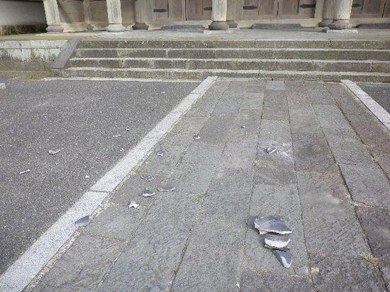 02) 山門正面側へ落下した瓦の破片