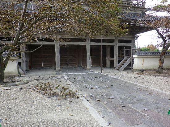 06) 山門の裏側境内へ落下した瓦の破片