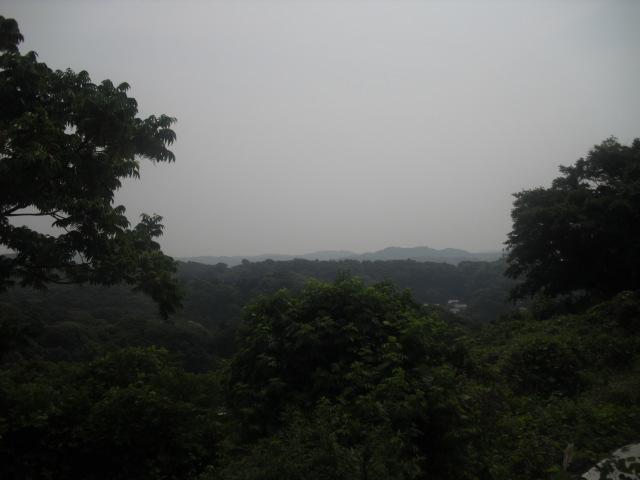 06)  ' 大仏トンネル ' の上に或る、「長谷配水池広場」からの眺望。