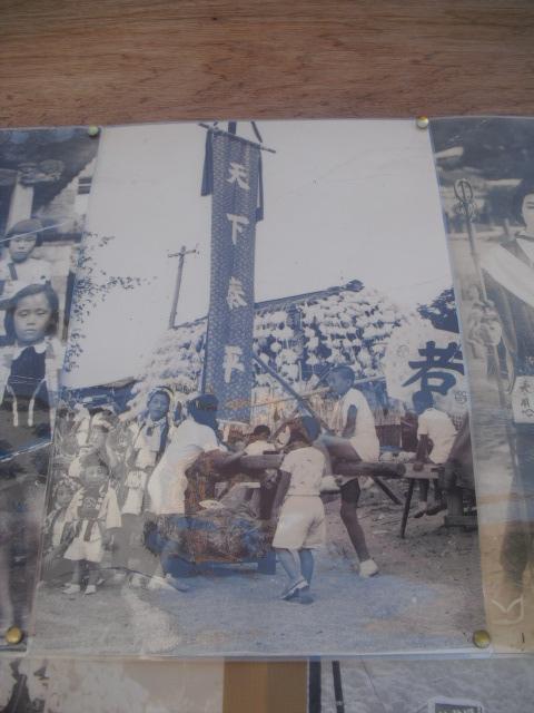 11) 掲示板に貼られていた古い写真