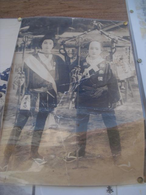 12) 掲示板に貼られていた古い写真