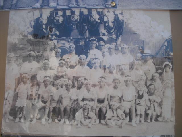13) 掲示板に貼られていた古い写真