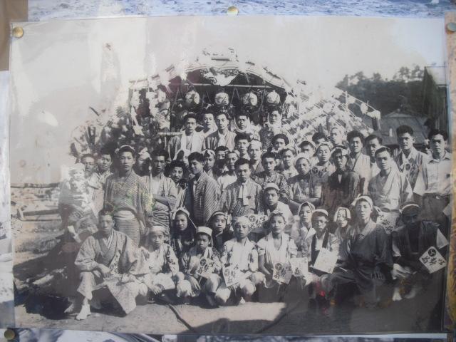 16) 掲示板に貼られていた古い写真
