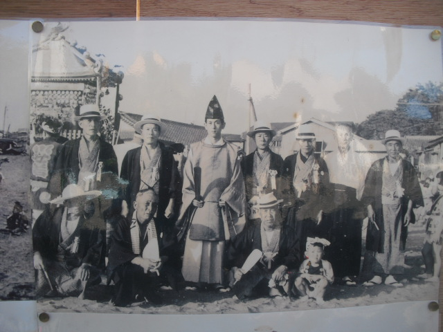 19) 掲示板に貼られていた古い写真