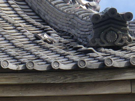 03) 山門正面側の瓦破損箇所の一部
