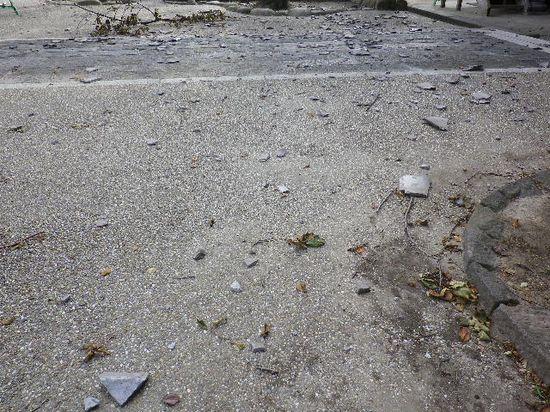 07) 山門の裏側境内へ落下した瓦の破片