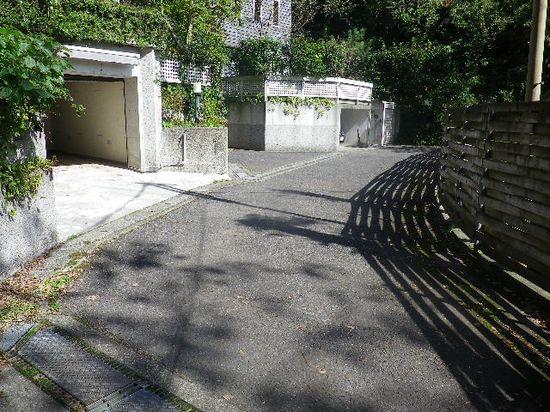 10) 写真 09) を上りきった所が谷戸の最奥だった。写真で道路が終わっているところが、そのままズバリ終端。近代的で、とても立派な邸宅が二軒(?)在った。ココに限らず、宅配便業担当