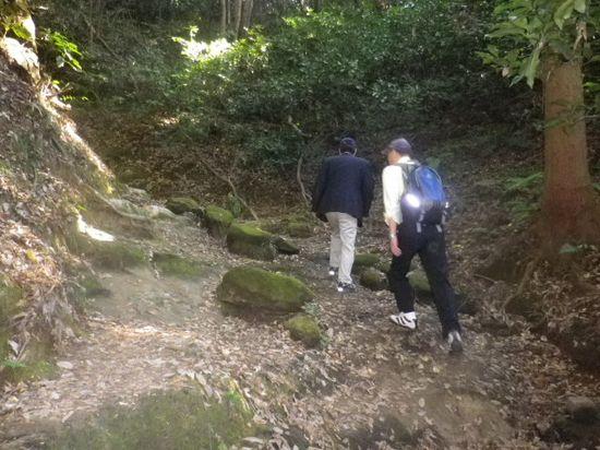 08) 古道の面影を残す登り坂を進行中 _ 10:03am頃