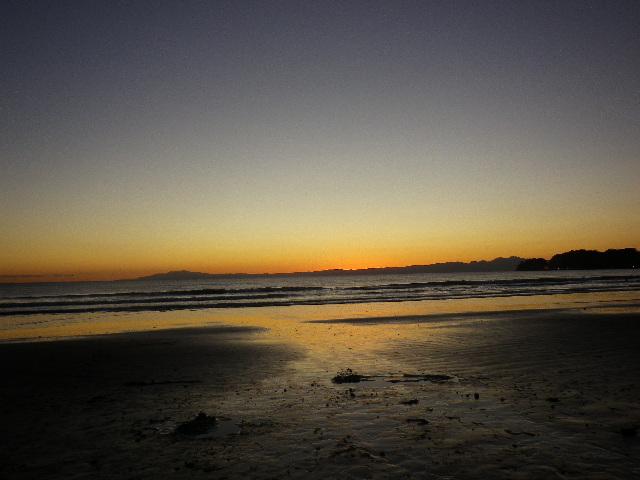 02) 奥の伊豆半島~重なって見える、右手前の稲村ガ崎