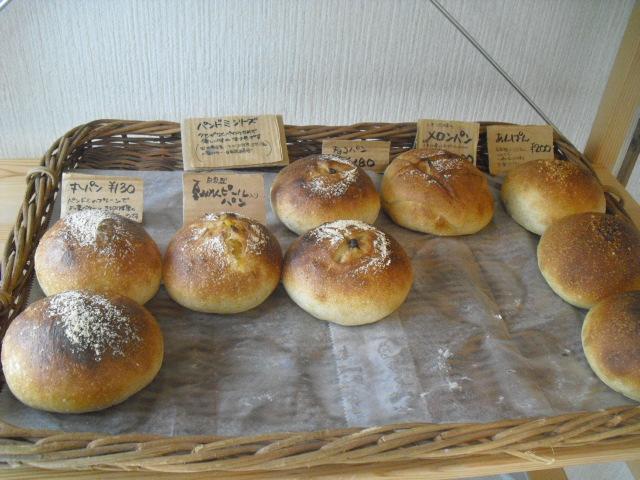 01) 左から _ 1「丸パン ¥130」 2「自家製夏みかんピールパン ¥?」 3「チョコパン ¥180」 4「メロンパン ¥?」 5「アンパン ¥200」