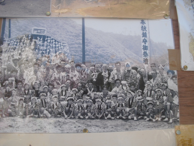 14) 掲示板に貼られていた古い写真