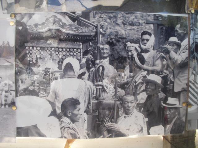 21) 掲示板に貼られていた古い写真