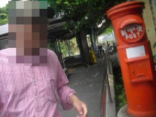 03) 「江ノ電 極楽寺駅」改札口を出たところ。アジサイの頃は、郵便ポストの周囲に咲く。私の自慢話だが、このポストの向きと場所が時代によってビミョー異なっていることを知る人は