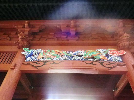 04.) 彩色された、中央上部の彫刻。