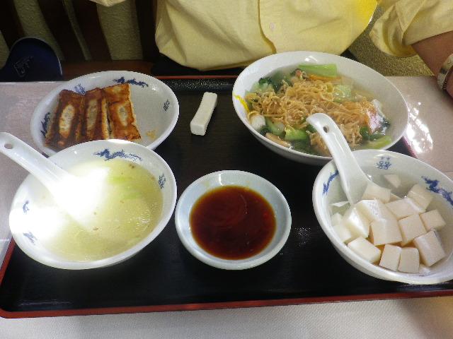 03) M.O.2号氏は、選択 ' 海鮮焼きそば ' の 「焼きそばプレート with 棒餃子4個・日替わりスープ・アンニン豆腐」 ¥800 を食されました。