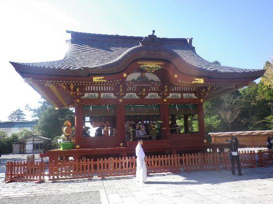 02) 鎌倉「鶴岡八幡宮」 ' 舞殿 ' _ この早い時刻から、撮影者背後の本殿を向いて結婚式が執り行われていた。 _ 9:13am頃