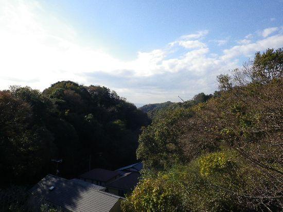 10) 「長谷配水池広場」の見晴らし台櫓からの西方向の眺望。低い太陽の逆光で、手前が真っ暗になった。