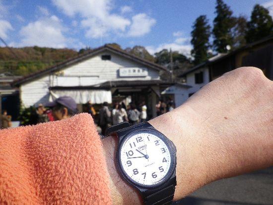 37) ¥980の腕時計が示す、「北鎌倉駅」前到着時刻 10:48am。