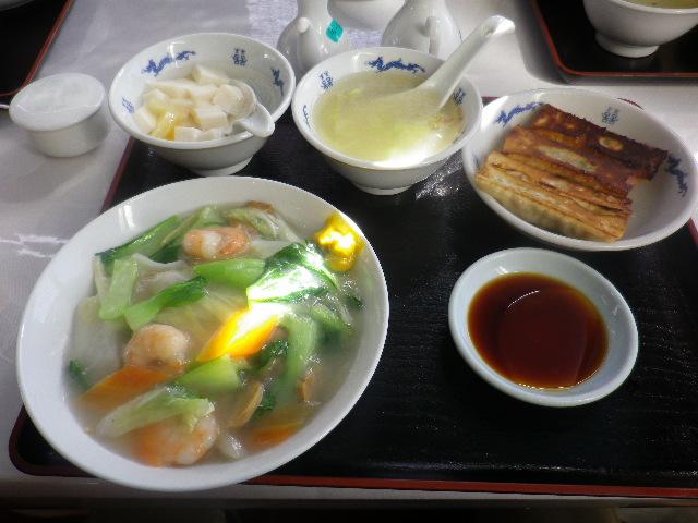 02) 私M.O.1号は、選択 ' 海老焼きそば ' の 「焼きそばプレート with 棒餃子4個・日替わりスープ・アンニン豆腐」 ¥750 を食った。