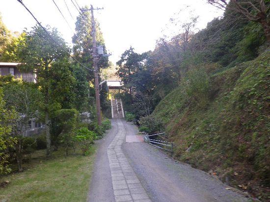 42) 建長寺塔頭「回春院」 山門へ通じる道を進行中に撮影。