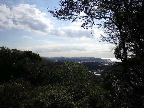 31) 「源氏山公園」へ至る道の途中での眺望。鎌倉市街と、光る海へ突き出ているのは「逗子マリーナ」。_ 10:07am頃