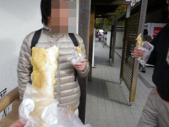 3-05) ソーセージ入りパンも食った