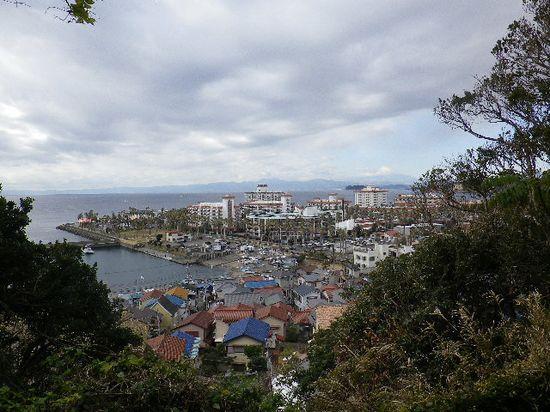 12-03) 階段中腹から振り返った眺望。小坪漁港 ~ 逗子マリーナ。