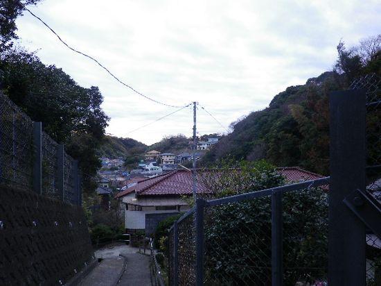 1-04)来た道を振り返る。因みに奥の民家は、R134の切通しを挟んだ向こう側の高台。 _ 7:46am頃