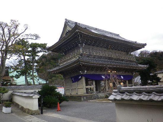1-25) 光明寺「山門」を、「千手院」前から見る。