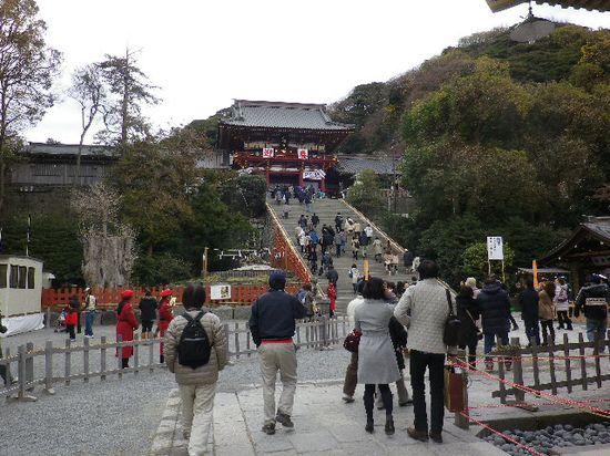 3-03) 「鶴岡八幡宮」境内 ' 舞殿 ' 付近を進行中。まだ早い時間帯だからだろうか? 人は少なく、階段下での綱張り人員規制は無かった。 _ 9:20am頃~